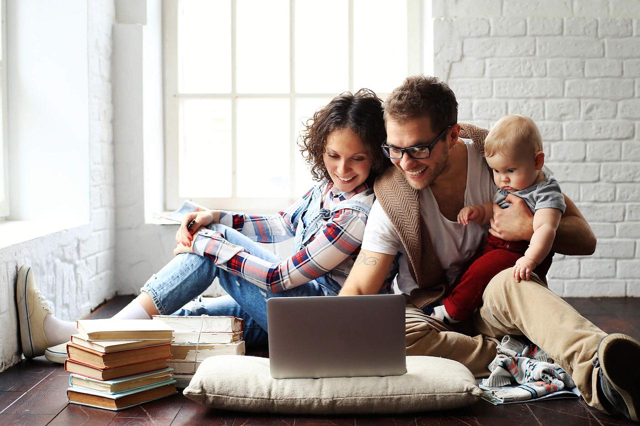 Porträt von Familie beim Surfen im Internet