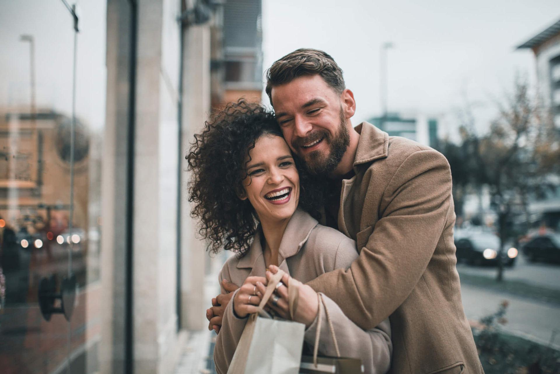 Junges Paar genießt die gemeinsame Zeit in der Stadt.