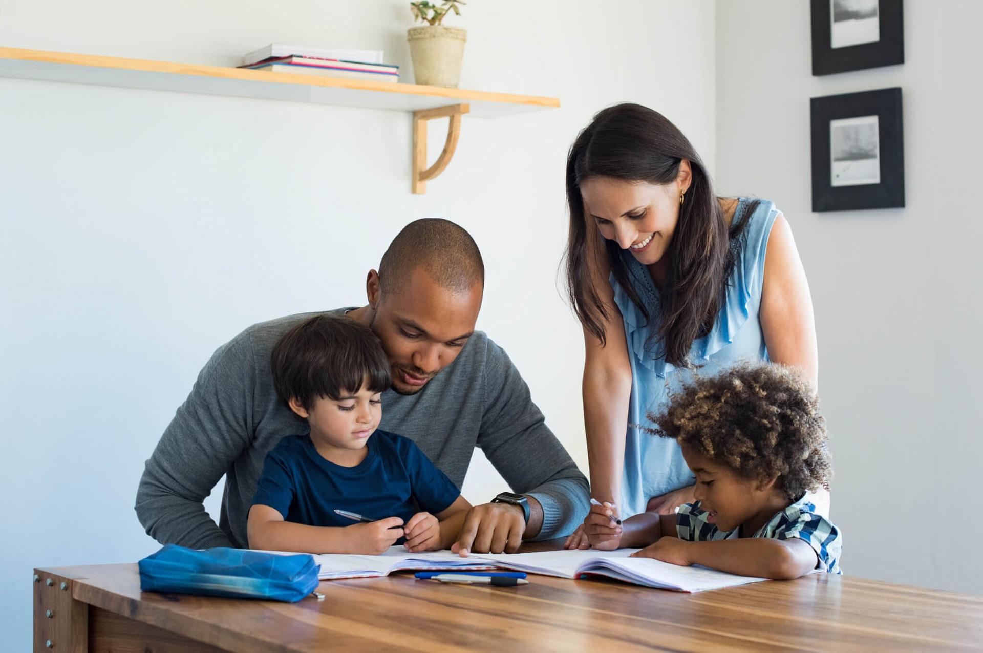 Eltern und Kinder im Wohnzimmer.