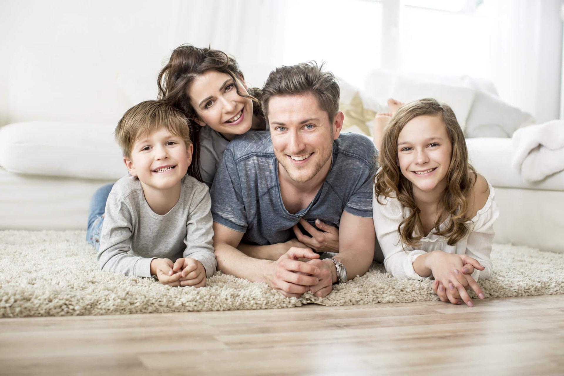 Glückliche Familie im Wohnzimmer.
